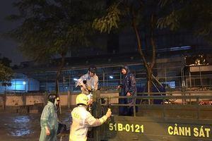 Người Sài Gòn ấm lòng với những hành động đẹp của lực lượng CSGT sau bão số 9