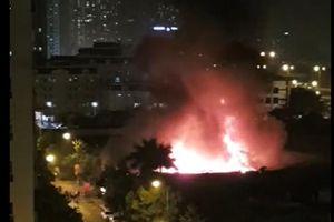 Gara ô tô bất ngờ bùng cháy dữ dội trong đêm ở Hà Nội