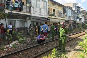 Liều lĩnh băng qua đường ray, người đàn ông bị tàu hỏa tông văng hàng chục mét