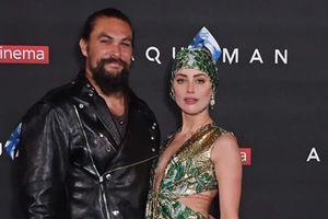 Jason Momoa và Amber Heard 'quậy hết cỡ' trên thảm xanh ra mắt phim Aquaman: Đế Vương Atlantis