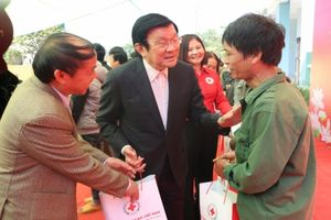 Nguyên Chủ tịch nước Trương Tấn Sang tặng quà đồng bào ở Cao Bằng