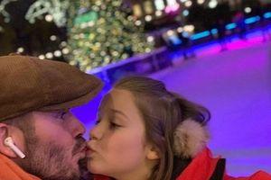 David Beckham dịu dàng hôn con gái cưng khi đưa cô bé đi trượt tuyết