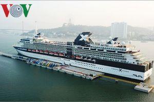Tàu du lịch 5 sao chở 3.000 khách cập cảng tàu khách quốc tế đầu tiên của VN