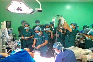 Bác sĩ Sài Gòn chạy xe luồn lách hẻm nhỏ cứu người phụ nữ 37 tuổi, mang thai lần 4 bị xuất huyết lâm nguy
