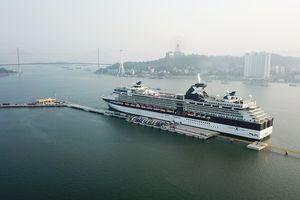 3.000 khách quốc tế đi tàu 5 sao tham quan vịnh Hạ Long