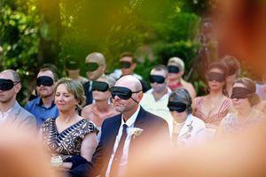 54 khách mời bịt mắt dự đám cưới để cùng có cảm nhận với cô dâu