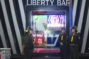 Bắt khẩn cấp 4 người mua bán ma túy trong quán bar