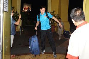 Thầy trò HLV Park uể oải về khách sạn ăn tối sau sự cố sân bay Bacolod