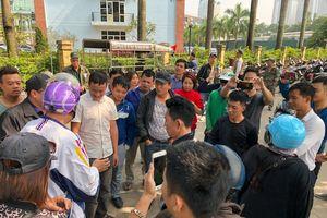 Người hâm mộ quây kín trụ sở VFF vì không thể mua vé trận VN-Philippines