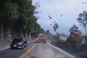Tài xế 'đứng tim' khi tảng đá to trên núi rơi ngay đầu xe