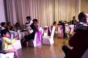 Chạnh lòng hình ảnh cô dâu, chú rể cưới đúng ngày mưa ngập lịch sử