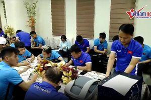 Tuyển Việt Nam gặp sự cố, thầy Park bực mình ở sân bay Bacolod