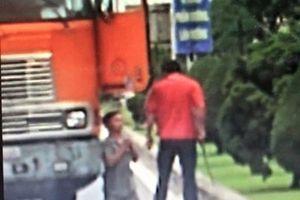 Làm rõ vụ tài xế xe đầu kéo dọa chém, ép đồng nghiệp quỳ giữa đường