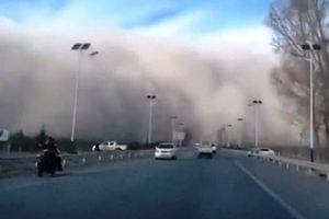 Hãi hùng 'sóng thần' cát bụi cao 100m nuốt chửng thành phố Trung Quốc