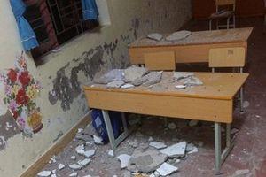 Mảng trần nhà rơi xuống lớp học, 3 học sinh nhập viện cấp cứu