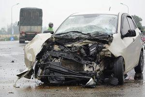 Hà Tĩnh: Ô tô con đâm vào xe tải, 3 người trong một gia đình bị thương nặng