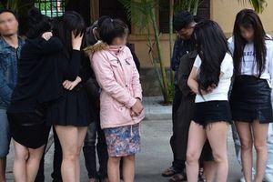 Bắt quả tang 7 thiếu nữ thuê khách sạn sử dụng ma túy với 10 người đàn ông