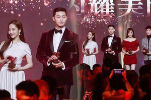Lần đầu đứng cạnh sau tin đồn hẹn hò, Park Seo Joon - Park Min Young vẫn 'mỗi người nhìn một hướng' không chạm mắt nhau
