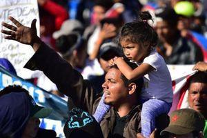 Mỹ tăng cường rào chắn, thép gai để ngăn dòng người vượt biên từ Mexico