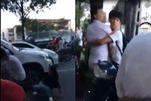 Va chạm ôtô, người đàn ông hùng hổ cầm đèn pin lao vào đánh phụ nữ chảy máu đầu giữa phố
