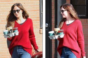 Kiều nữ '50 sắc thái' diện áo len giản dị khi đi mua cà phê