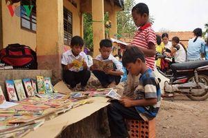 Giúp trẻ yêu đọc sách, phụ huynh cũng phải từ bỏ thói quen xấu