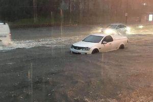 Bão mạnh nhất 30 năm đổ bộ Sydney, đường phố ngập trong biển nước