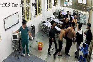 Nhóm côn đồ cầm hung khí lao vào khoa cấp cứu truy sát