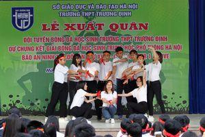 Thầy cô trường Trương Định diễn văn nghệ góp vui trong lễ xuất quân