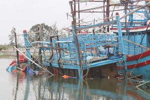Đánh bắt hải sản, một ngư dân bị sóng đánh mất tích
