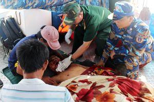 Cảnh sát biển cấp cứu thuyền viên gặp nạn ngoài khơi