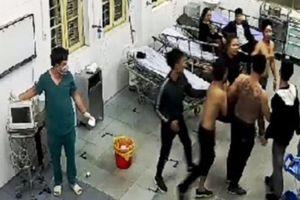Côn đồ mình trần xăm trổ xông vào bệnh viện đánh bệnh nhân đang cấp cứu