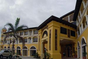 'Đột nhập' khách sạn 4 sao tuyển Việt Nam nghỉ tại Philippines
