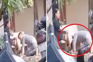 Chàng trai quỳ gối dập đầu lia lại trước mặt cô gái gây xôn xao