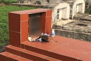 Hàng trăm bát hương ở nghĩa trang bị vỡ bất thường