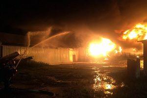Cháy kinh hoàng tại kho sơn rộng 1.000 m2 ở Đà Nẵng