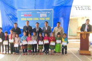 Trao học bổng cho học sinh vùng khó Lai Châu