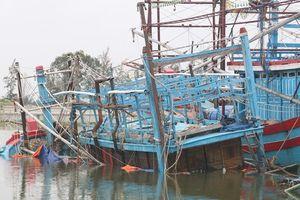 Sóng dữ đánh văng ngư dân đang đánh cá trên biển