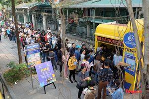 Hàng trăm người xếp hàng nhận vé trải nghiệm buýt hai tầng miễn phí