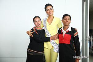 Nhìn bố mẹ 'nhỏ bé' tiễn H'Hen Niê lên đường sang Thái Lan thi Miss Universe mà thấy yêu quá đỗi