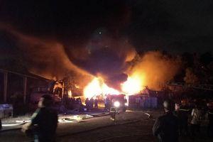 Kho sơn bốc cháy nổ dữ dội khiến nhiều người tháo chạy trong khu công nghiệp ở Đà Nẵng
