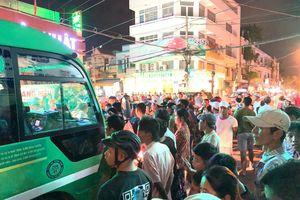 Tiếp viên xe buýt xách dao truy sát người va chạm, đóng cửa nhốt luôn hành khách khi bị dân vây