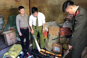 Thu số lượng lớn công cụ hỗ trợ và vũ khí thô sơ tại chợ TOGI Móng Cái