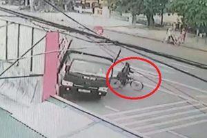 Clip: Cụ ông sang đường kiểu cảm tử, xe tải chở gỗ lật nhào thảm khốc