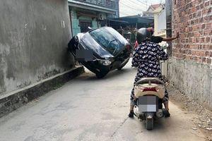 Màn 'hạ cánh' trong ngõ của ô tô khiến dân mạng không ngừng tranh luận