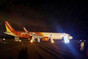 Máy bay VietJet gặp nạn được kéo ra khỏi hiện trường