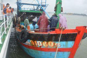 Cứu thành công 10 ngư dân Đà Nẵng trôi dạt trên biển