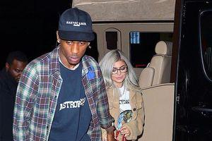 Kylie Jenner xinh đẹp ra phố cùng bạn trai