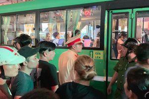 Va chạm giao thông, phụ xe buýt vác hung khí truy sát người đi xe máy