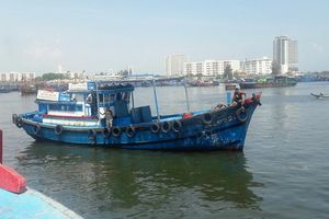 Vượt sóng cứu 10 ngư dân Đà Nẵng gặp nạn trên biển